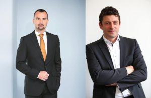 """Peter Felsbach (voestalpine) und Alexis Johann (Styria Content Creation) sind stolz auf das voestalpine-Mitarbeitermagazin """"myMAGAZINE""""."""